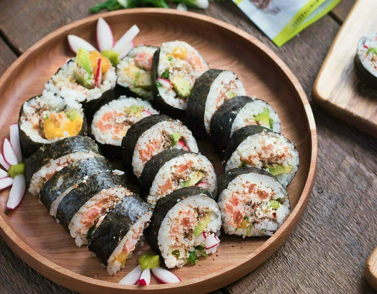 rouleaux de sushi croustillants au saumon