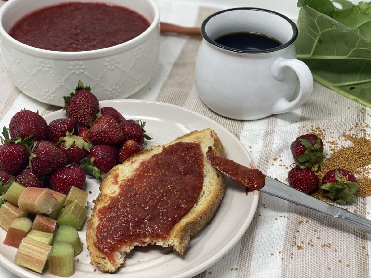confiture fraises, rhubarbes et graines de caméline